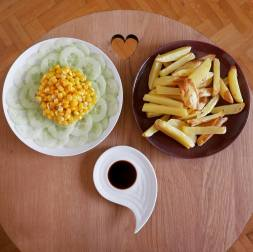 Frites au four sans huile, salade concombre mais et sauce
